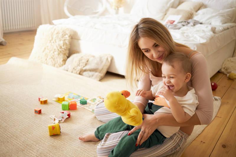 Scelta dei migliori giochi per neonati più sicuri e divertenti