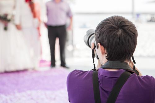 Come si svolge il lavoro del fotografo per matrimoni